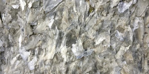 Gipskristalle auf dem Weg