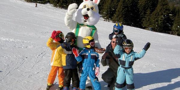 Spaß mit dem Skischul-Maskottchen