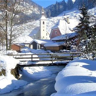 Winterwanderung in Weißbach (Blick auf Kirche)