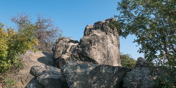 Az összegraffitizett Pogány-kő