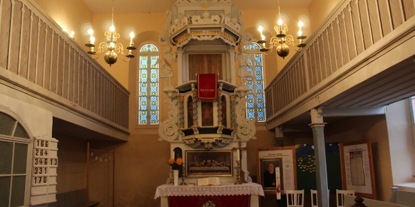 Blick in den Altarraum der Kreuzkirche Ebersgrün