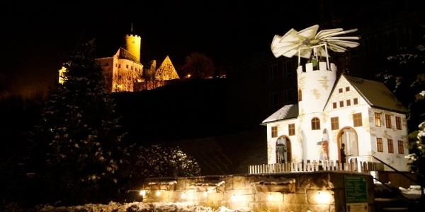 Vánoční pyramida v obci Scharfenstein s hradem Scharfenstein v pozadí