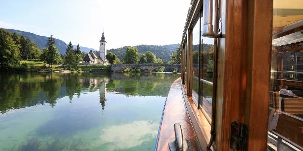 Pogled na cerkev iz ladjice