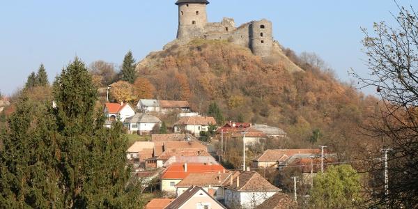 Somoskő várát elsőként a falu irányából pillantjuk meg