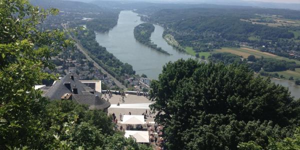 Blick auf die Aussichtsplattform vom Drachenfels