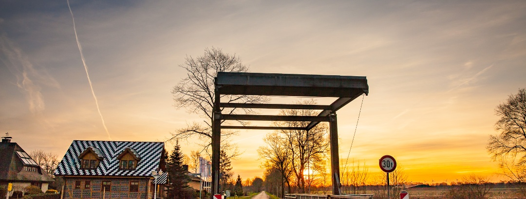 Sonnenuntergang am Brückenuntergang vom Elisabethfehnkanal