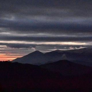 L'alba dietro il monte Porezen
