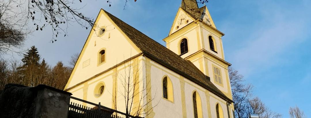 die 6. und letzte Kirche entlang der Kirchenwanderung in St. Urban - umflutet von den letzten Sonntagsstrahlen - Südwestansicht