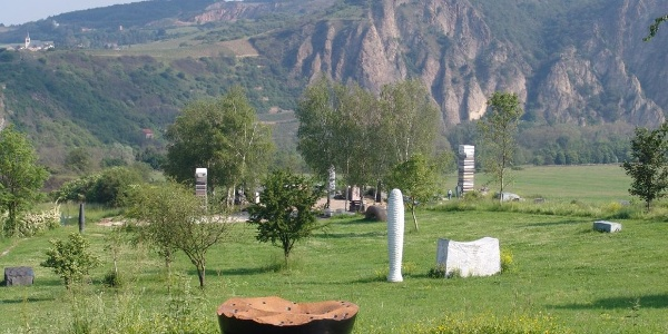 Blick auf Steinskulpturenpark mit Rotenfels