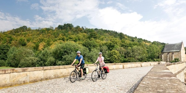 Radfahrer auf der Werratalbrücke in Creuzburg entlang des Werratal-Radweges