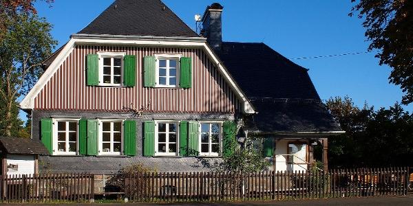 Blick von der Kohlenstraße auf das Forsthaus Hohenroth