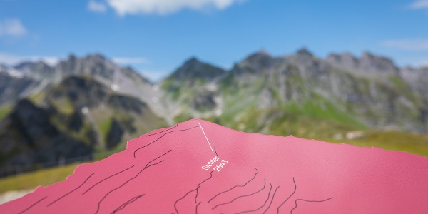 UNESCO Karte mit Bergkette im Hintergrund