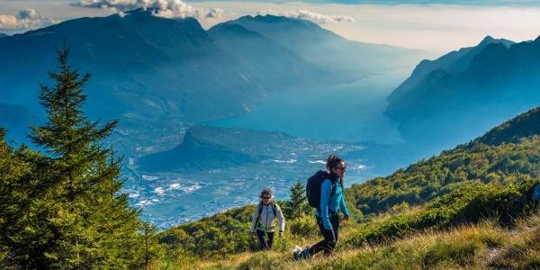 Wandern auf dem Monte Biaina mit dem Gardasee im Hintergrund
