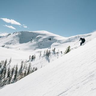 Im Hintergrund gut sichtbar der flache Gipfelaufbau der Sichelwand
