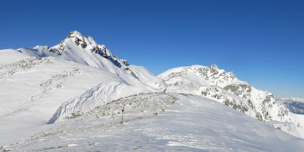 Am Eiskarjoch mit Eiskarspitze und Hippoldspitze