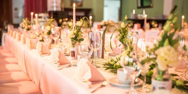 festlich gedeckte Tafel für eine Hochzeit