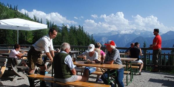 Terrasse des Alpengasthauses Hütteneck