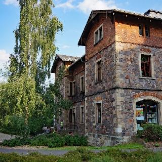 Die ehemalige Kohlenschreiberei beherbergt heute einen Jugendtreff und die Stadtteilbibliothek Freital-Zauckerode.