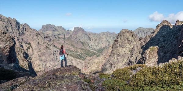Výhľad na najvyššie pohoria Korziky počas výstupu na Monte Cinto. V pozadí Muvrella (2148 m)