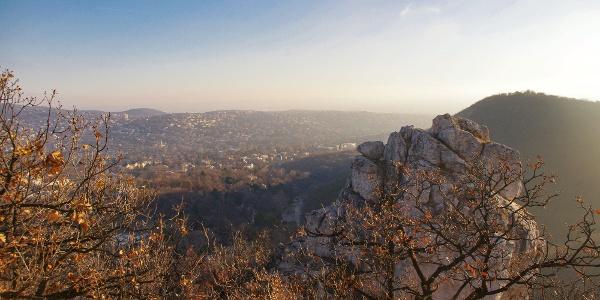 """A """"tündéri"""" Tündér-szikla, háttérben a Hunyad-orom, a Hűvösvölgy és a """"második kerület"""""""