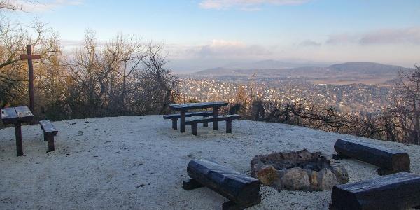 A felújított Csanádi-pihenő a Nagy-Hárs-hegy csúcsa alatt, háttérben a Pilis hegyláncaival