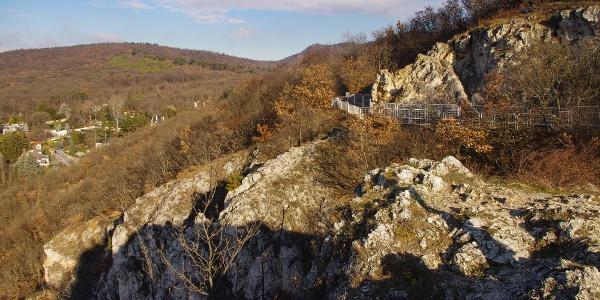 Az Apáthy-szikla meredek letörése, tetején a bunkerrel