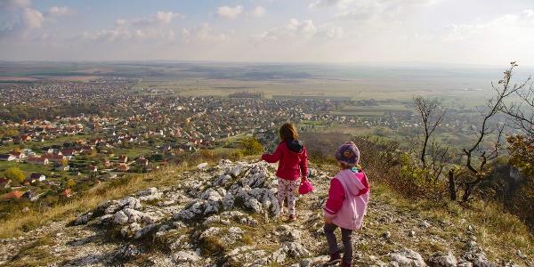 Csákvár és a Zámolyi-medence felett a Kerek-hegy látványos kilátópontján