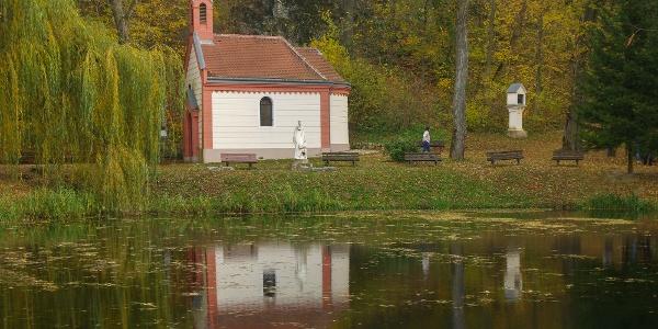 A megkapó szépségű, kis tavat tápláló Borostyán-kút és az itt álló kápolna Szent Gellértnek állít emléket