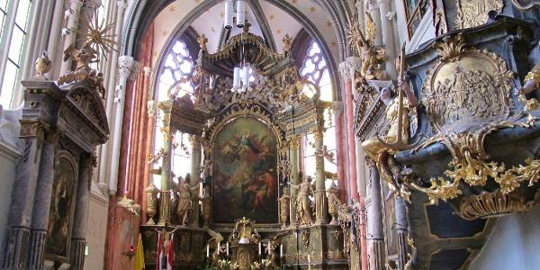A soproni Kecske-templom díszes oltára és oltárképei