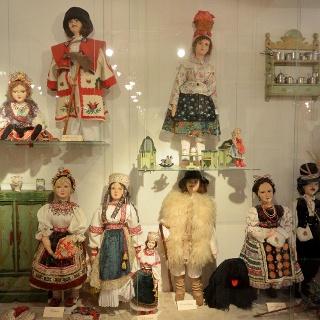 Népviseletbe öltöztetett porcelánbabák a tihanyi Babamúzeumban