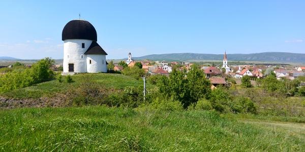 A kerektemplom dombja, háttérben az új katolikus és az evangélikus templommal