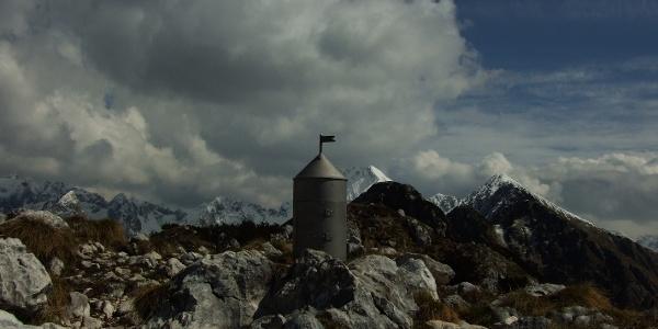 Der Gipfel von Svinjak mit einem Miniaturturm