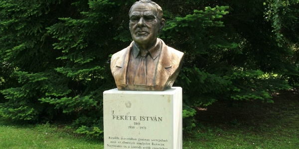 Fekete István szobra Nagymátén, a róla elnevezett füvészkertben