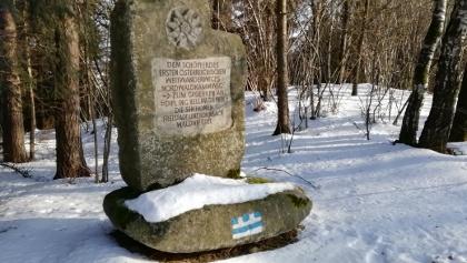 Nordwaldkammweg-Denkmal im Winter