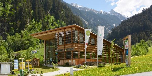 Das Naturparkhaus in Ginzling im Sommer.