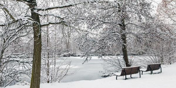 Wir beginnen im Freizeitpark. In der Nacht hatte es heftig geschneit, …