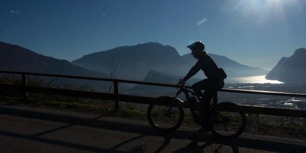 Ausblick auf dem Gardasee von der Straße nach Padaro, an einem winterlichen Nachmittag