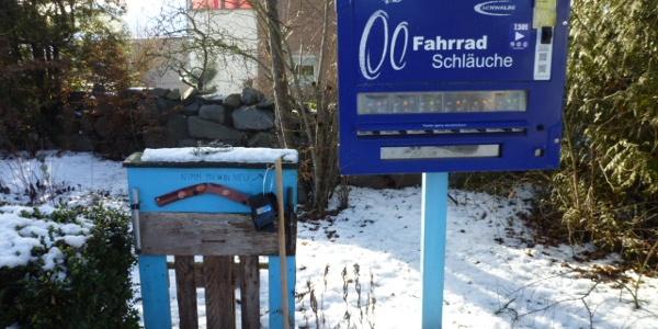 Schlauchomat und Pallettenwerkwand am Schloß in Malgersdorf