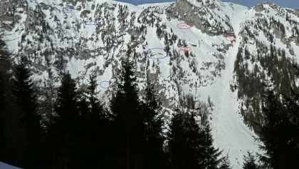 Schneemäuler bedrohen die Schafries (ROT) und die Grubbichlrinne (BLAU)