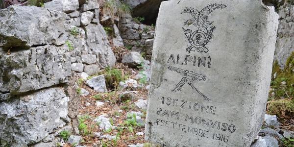 Zeugnisse des Ersten Weltkriegs auf dem Weg in Richtung Dosso Alto
