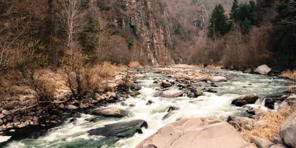 Il torrente Avisio presso la frazione di Prà