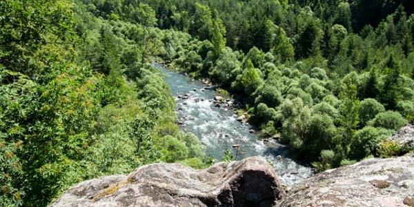 Un affaccio panoramico sul torrente Avisio