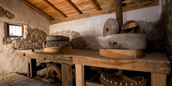 Le due macine all'interno del Mulino Cristofori