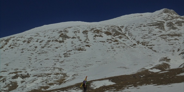 Along the snowless terrain to the first patch of snow