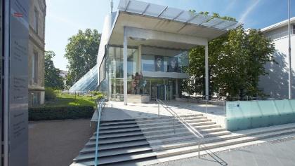 Museum für Kommunikation, Frankfurt am Main: Außenansicht mit Stehle
