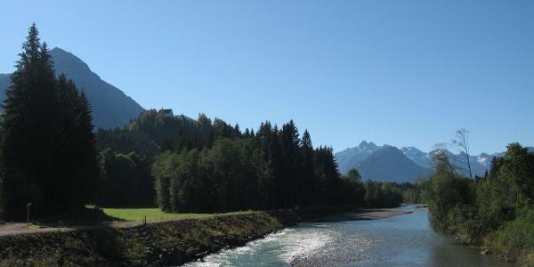 Blick von der Illerbrücke auf die Iller, das Rubihorn und den Allgäuer Hauptkamm