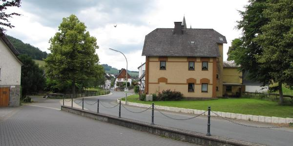 Blick vom Parkplatz ins Dorf.