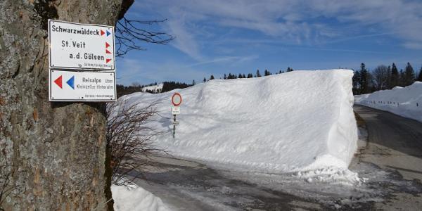 Viel Schnee beim Parkplatz auf der Ebenwaldhöhe