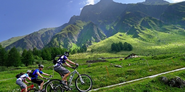 3 cyclists on their way to the Tour du Mont Blanc