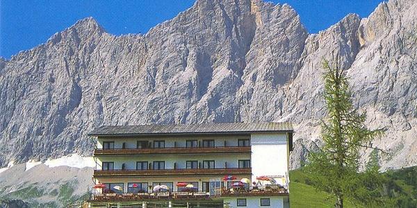 Hotel Dachstein mit Dachstein Südwand